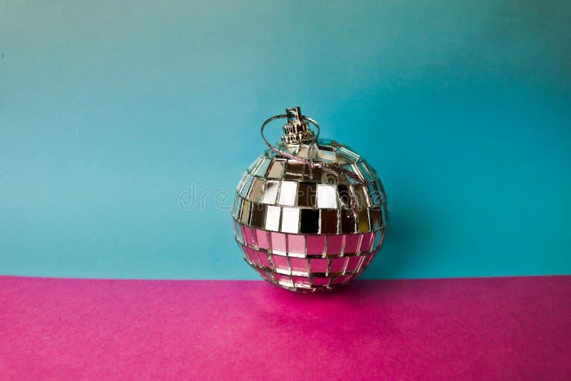 De zilveren van de de discobal van de spiegel muzikale club bal van Kerstmis feestelijke Kerstmis, gepleisterd Kerstmisstuk speel stock fotografie