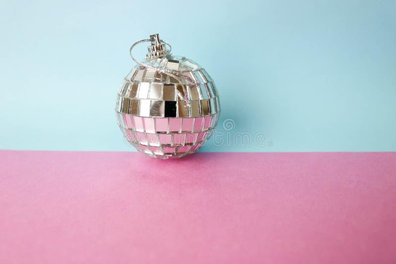 De zilveren van de de discobal van de spiegel muzikale club bal van Kerstmis feestelijke Kerstmis, gepleisterd Kerstmisstuk speel stock foto's