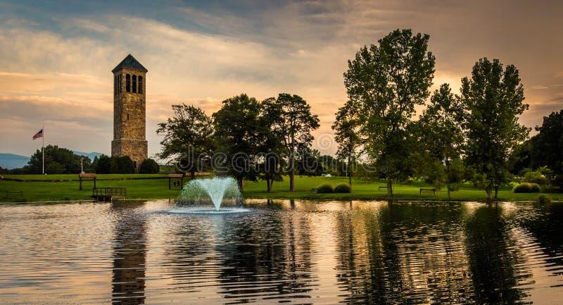 De zingende toren en een vijver in Carillonpark, Luray, Virginia stock foto's