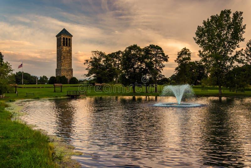 De zingende toren en een vijver in Carillonpark, Luray, Virginia royalty-vrije stock foto