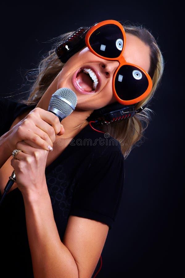 De zingende vrouw van de karaoke stock fotografie