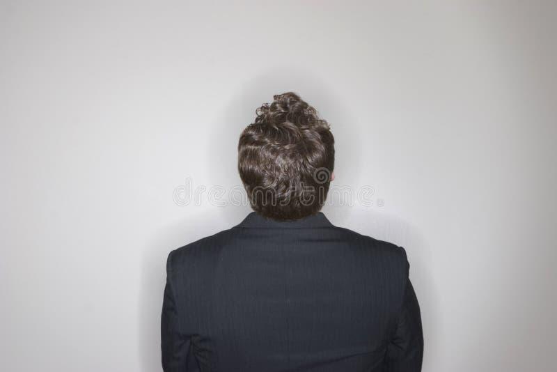 De zitting die van de zakenman omhoog eruit ziet stock afbeeldingen