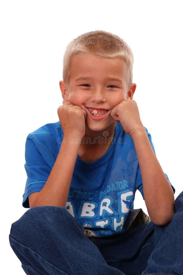 De Zitting en het Glimlachen van de jongen royalty-vrije stock foto