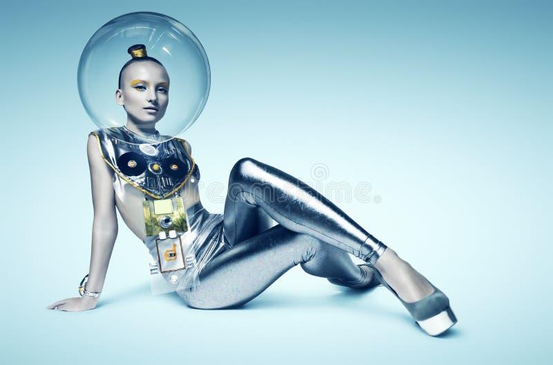 De zitting van de Cyborgvrouw op de vloer in glashelm royalty-vrije stock foto's