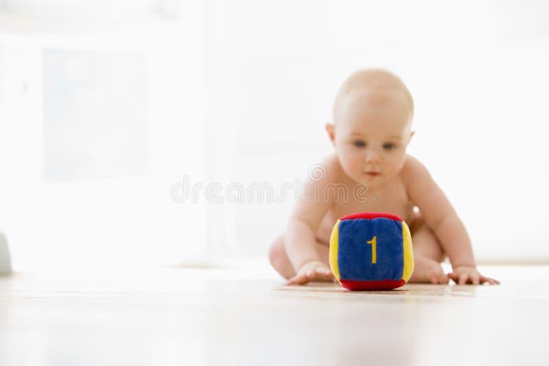 De zitting van de baby binnen met blok stock foto's