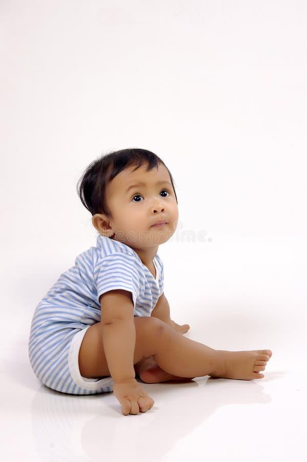 De Zitting van de baby in de Studio stock fotografie