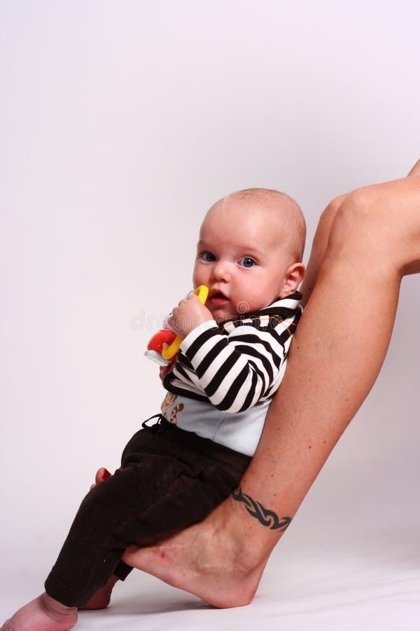 De zitting van de baby op voeten stock fotografie
