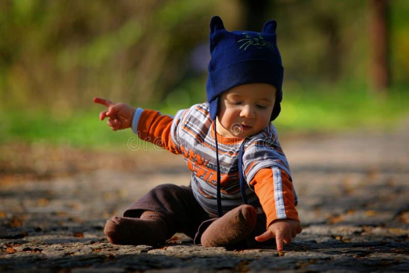 De zitting van de baby ter plaatse stock fotografie