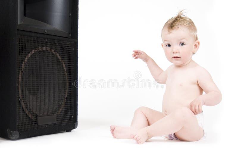 De zitting van de baby voor luidspreker royalty-vrije stock fotografie