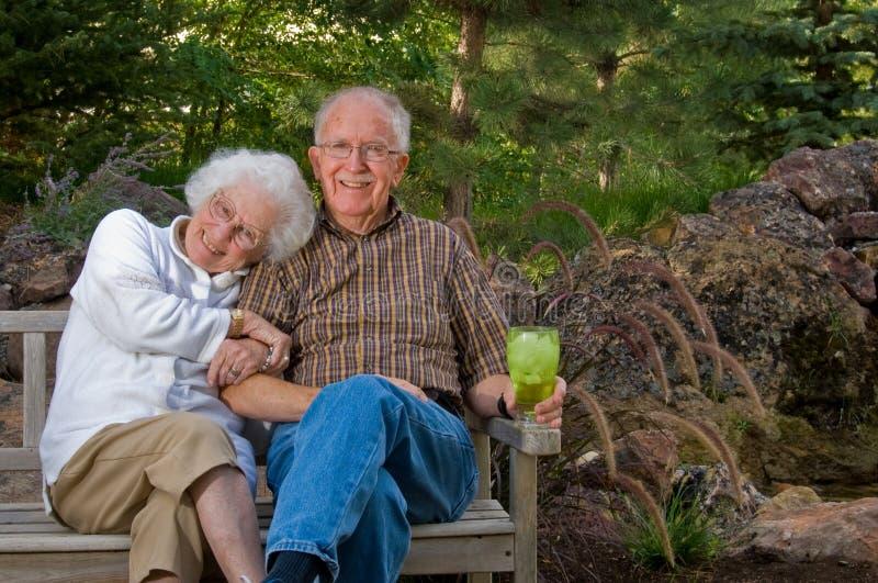 De zitting van de bejaarde en van de vrouw  stock afbeelding