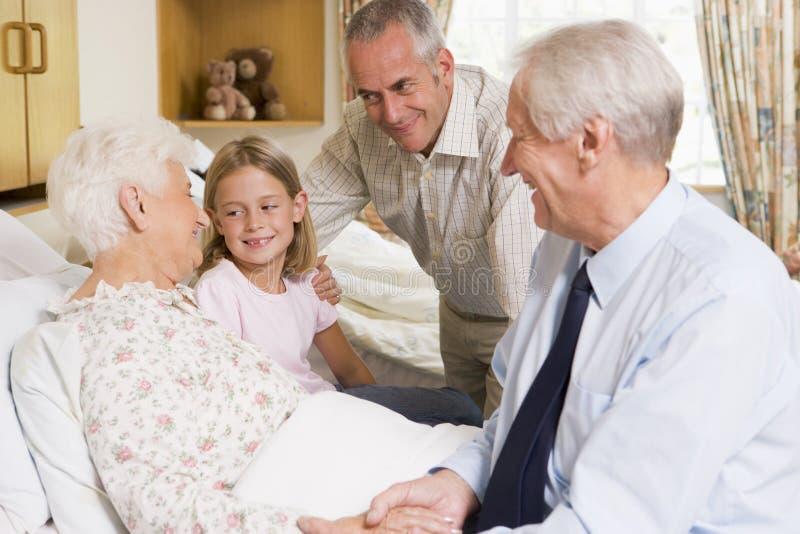 De Zitting van de familie met Hogere Vrouw in het Ziekenhuis stock afbeeldingen