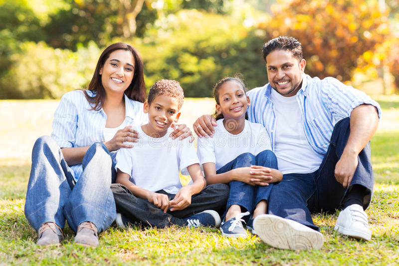 De zitting van de familie in openlucht royalty-vrije stock afbeeldingen