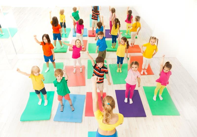 De zitting van de gymnastiekgroep voor jonge geitjes in geschiktheidsklasse royalty-vrije stock foto