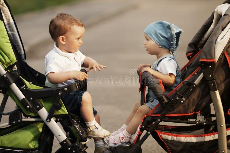 Jongen en meisje in kinderwagens royalty-vrije stock fotografie