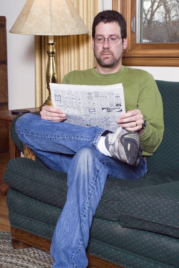 De zitting van de mens als voorzitter stock foto's