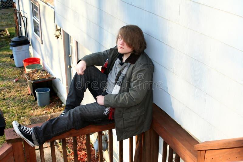 De Zitting van de tiener op Traliewerk stock fotografie