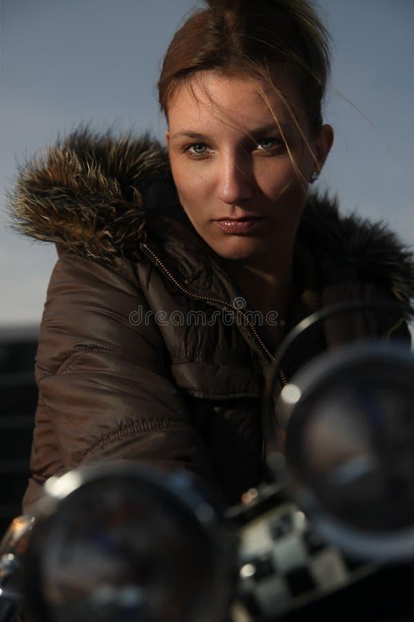 De zitting van de vrouw op motorfiets royalty-vrije stock afbeeldingen