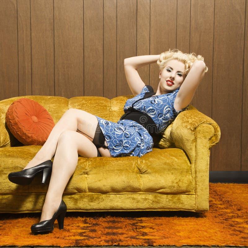 De zitting van de vrouw op retro laag. stock fotografie