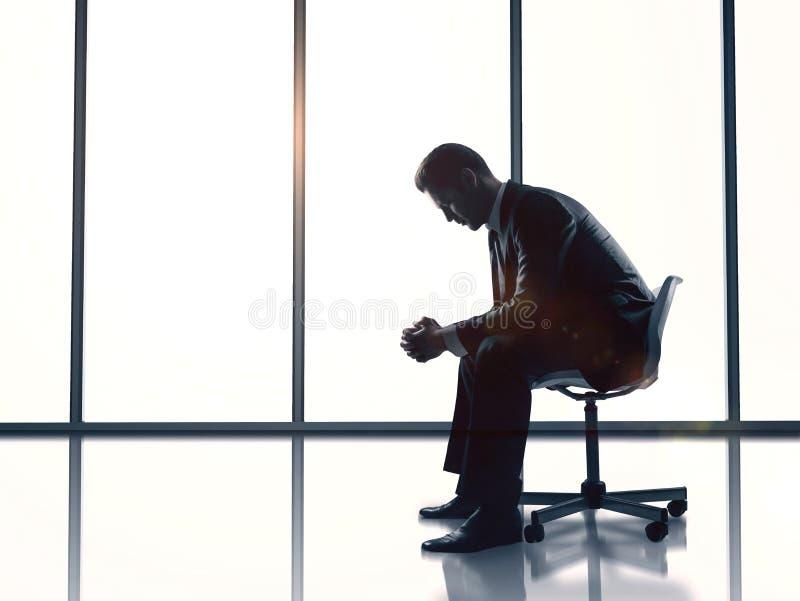 De zitting van de zakenman in bureau stock foto's