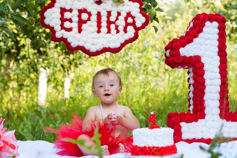 De zitting van het één éénjarigemeisje dichtbij vieringsdecoratie stock afbeeldingen