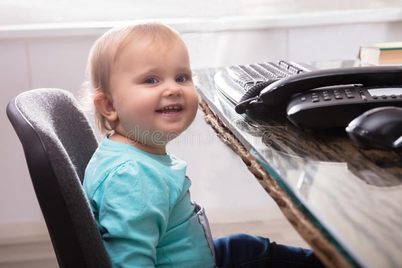 De Zitting van het babymeisje op Stoel stock foto