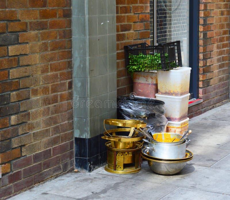 De zitting van het keukenmateriaal op de straat stock afbeeldingen