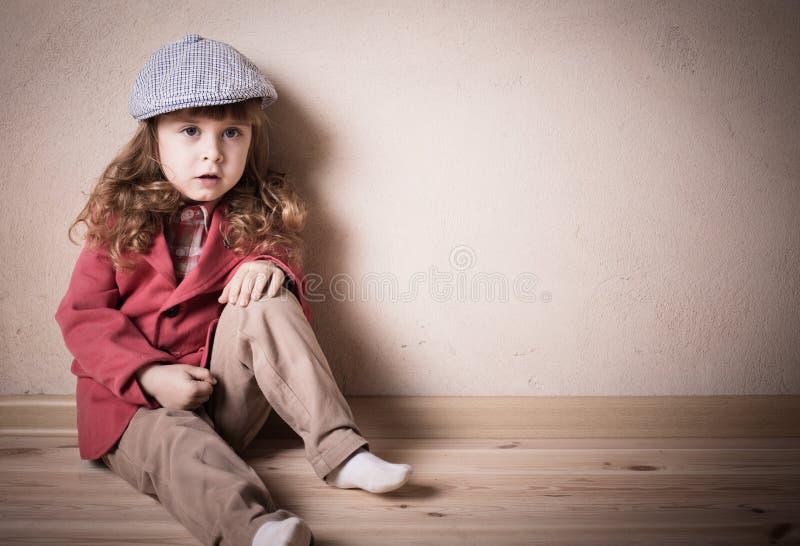 De zitting van het kind op de vloer royalty-vrije stock foto's