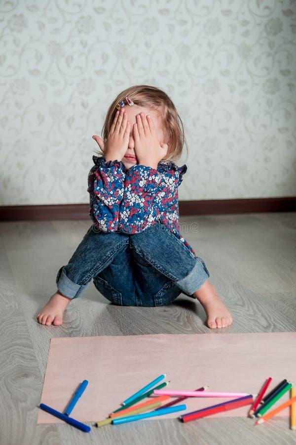 De zitting van het kind op de vloer stock fotografie