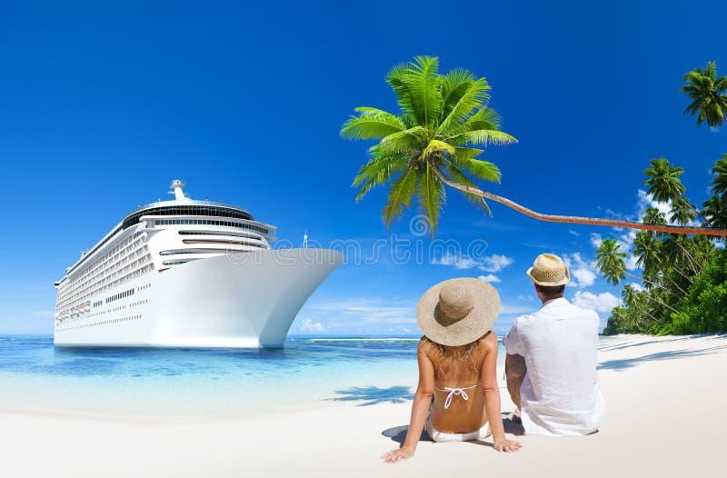 De zitting van het liefdepaar bij het strand royalty-vrije stock fotografie