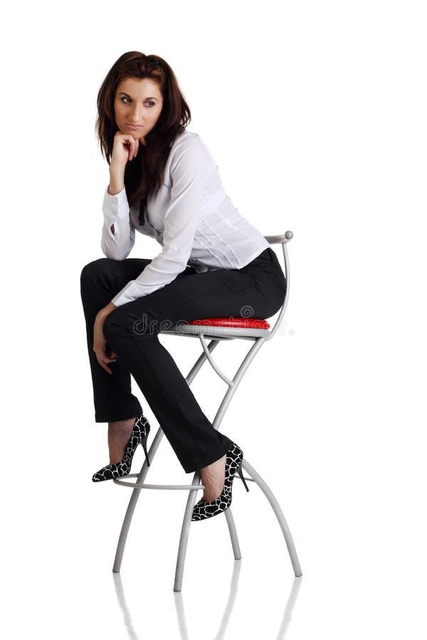 De zitting van het meisje op de staafstoel royalty-vrije stock fotografie