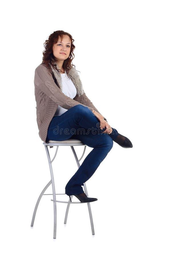 De zitting van het meisje op de staafstoel royalty-vrije stock afbeelding