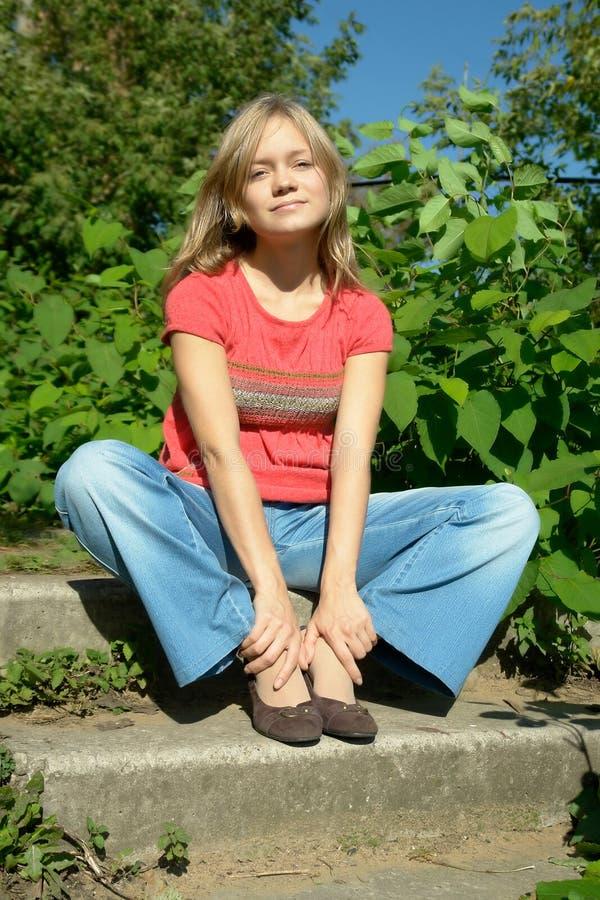 De zitting van het meisje op voetstappen royalty-vrije stock afbeeldingen