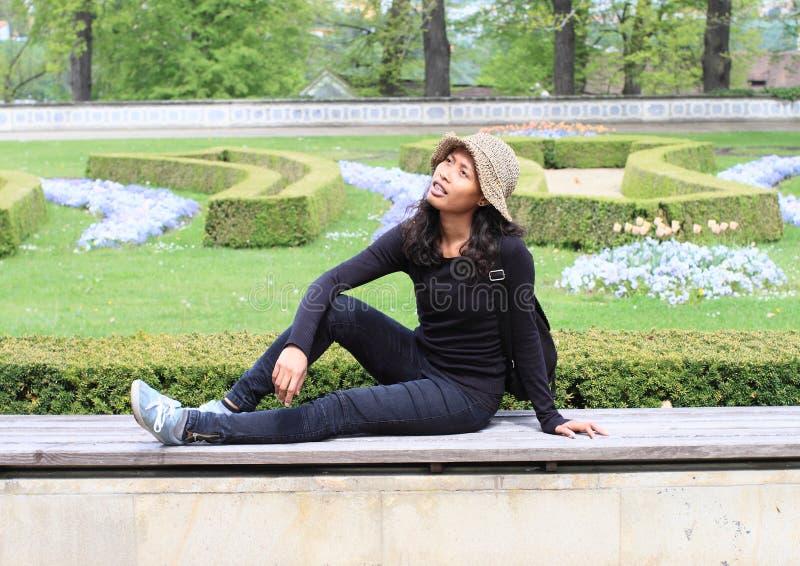De Zitting van het meisje in Tuin royalty-vrije stock fotografie