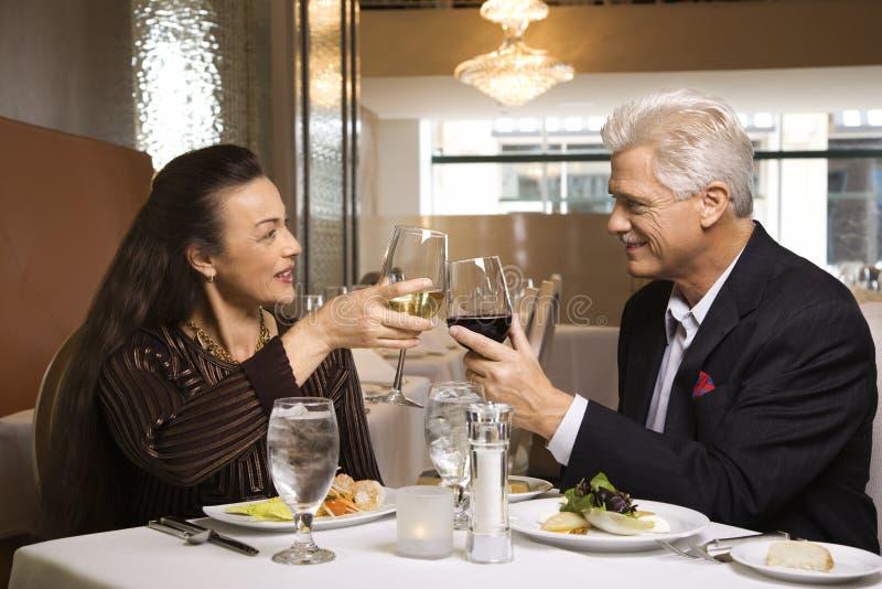 De zitting van het paar bij restaurant royalty-vrije stock foto's