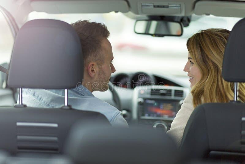 De zitting van het paar in een auto stock foto