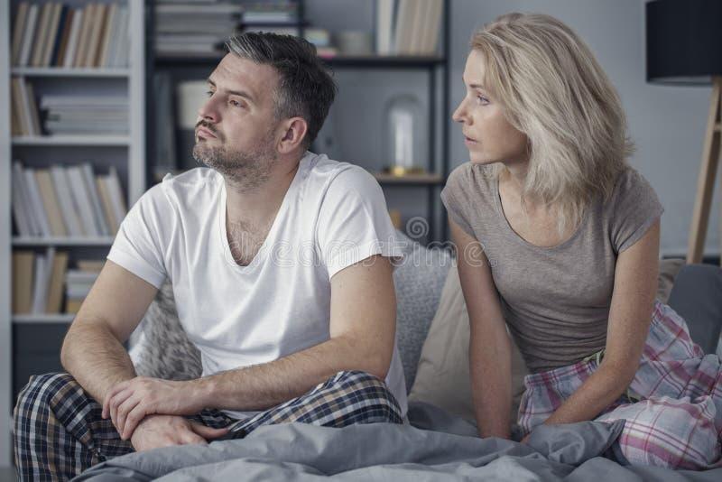 De zitting van het paar op bed royalty-vrije stock fotografie