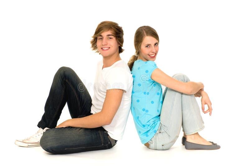 De zitting van het paar op vloer stock foto's