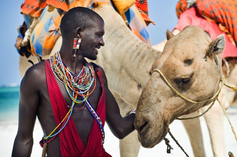 De zitting van Maasai door de oceaan royalty-vrije stock afbeeldingen