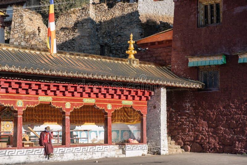 De zitting van monniksTibetan in Pangpu-tempel bij Yading-natuurreservaat stock afbeeldingen