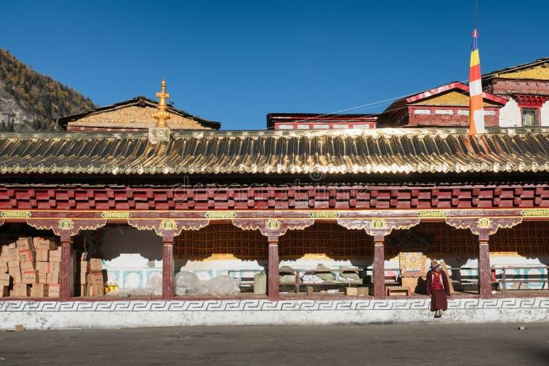 De zitting van monniksTibetan in Pangpu-tempel bij Yading-natuurreservaat royalty-vrije stock fotografie