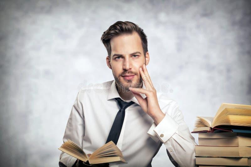 De zitting van de student met boeken stock fotografie