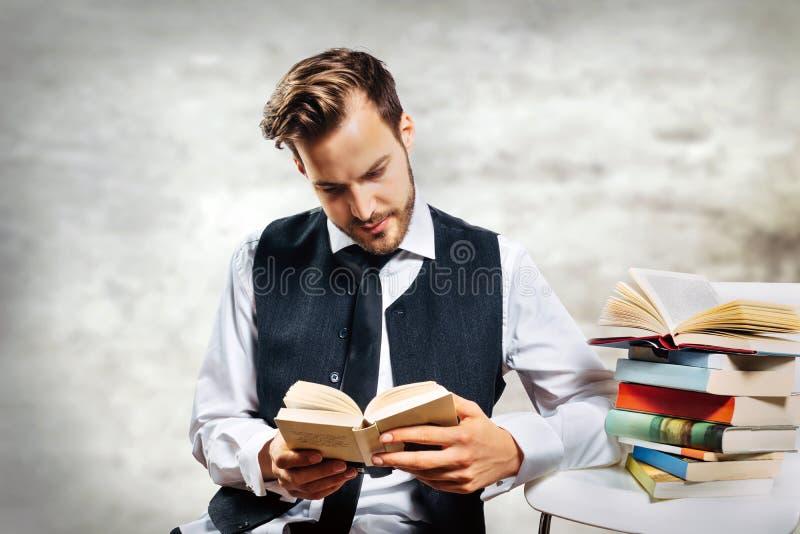 De zitting van de student met boeken stock afbeelding