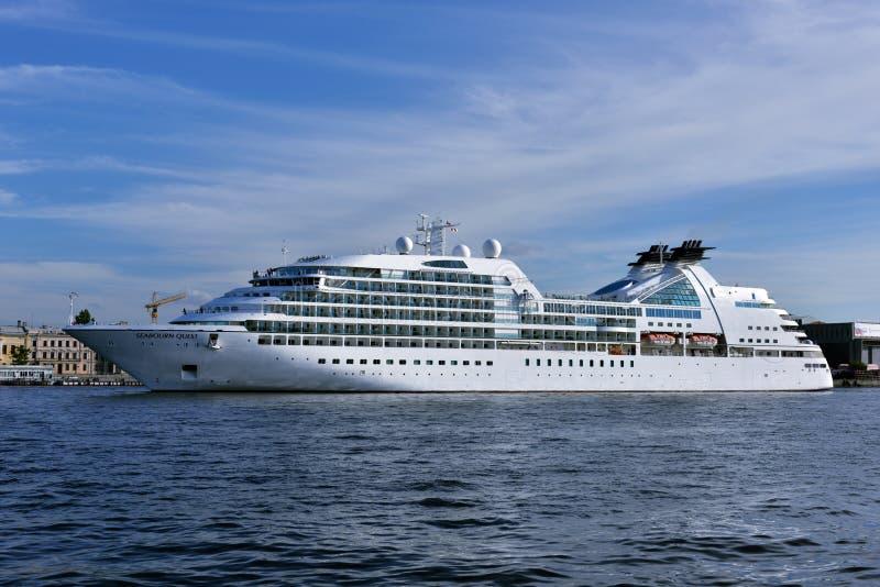 De Zoektocht van Seabourn van de cruisevoering vertrekt van St. Petersburg, Rusland royalty-vrije stock fotografie
