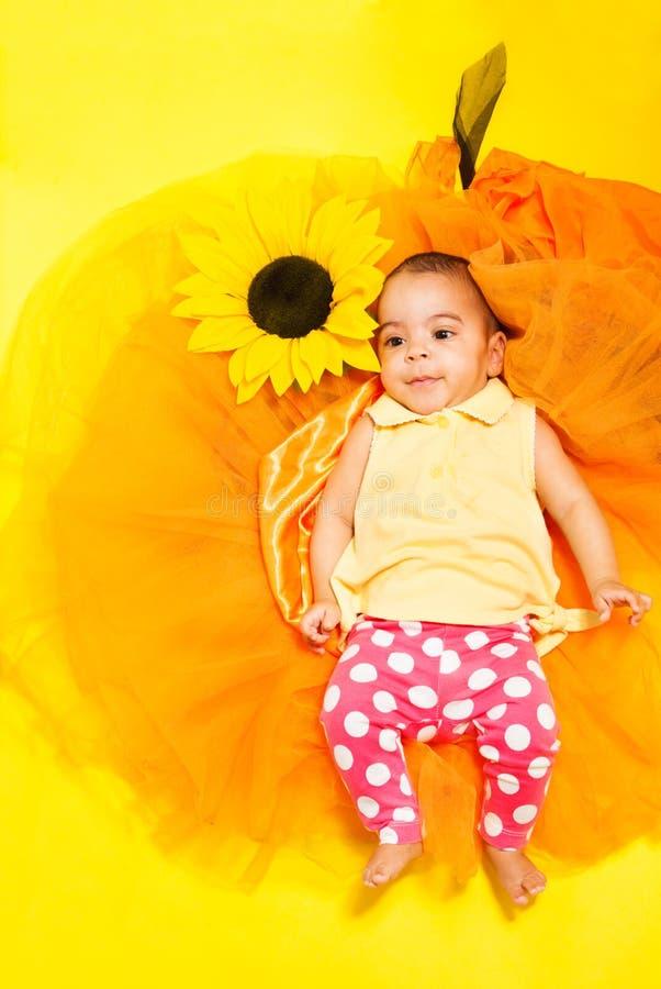De zoete Afrikaanse baby doted binnen broek en geel overhemd stock afbeelding