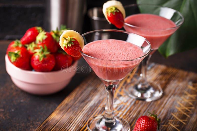 De zoete alcoholische cocktail van de de zomeraardbei stock foto