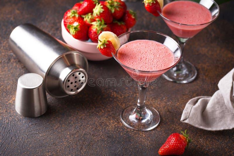 De zoete alcoholische cocktail van de de zomeraardbei royalty-vrije stock foto's