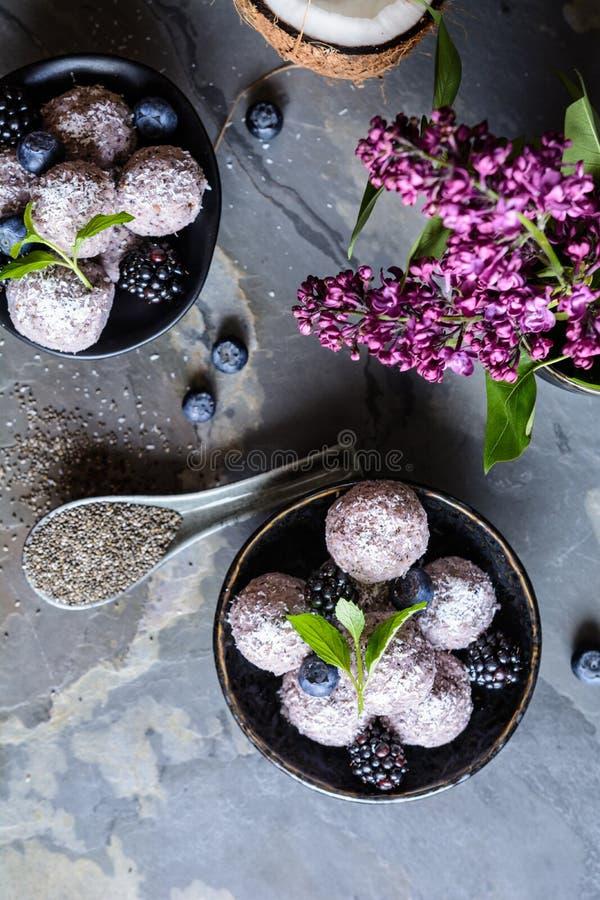 De zoete ballen van het chiazaad met bosbes en braambessenpuree royalty-vrije stock foto's