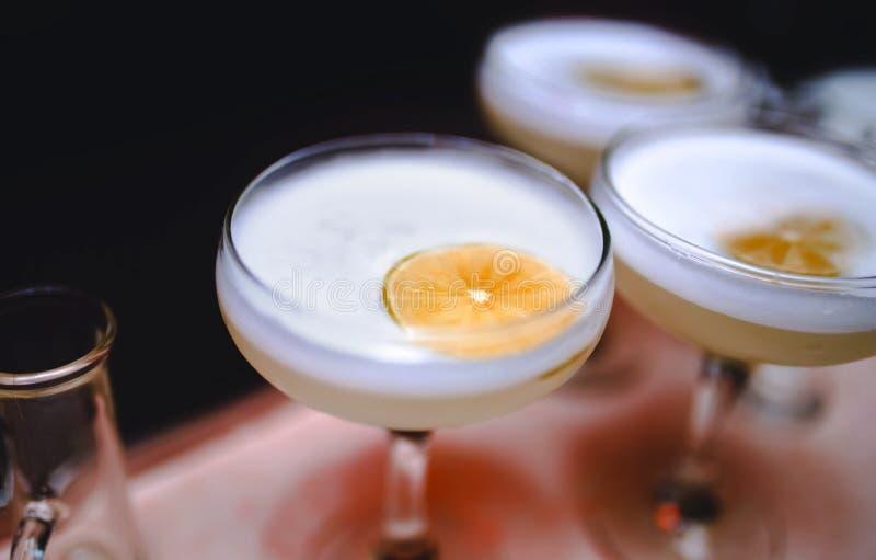 De zoete Beroemde sappige de ambachtcocktails van het Glasbeen met decoratieve Auteur inspireerden Cocktaildrank op barteller De  royalty-vrije stock afbeeldingen