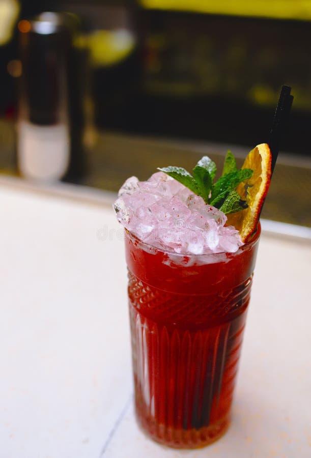 De zoete Beroemde sappige de ambachtcocktails van het Glasbeen met decoratieve Auteur inspireerden Cocktaildrank op barteller Clo stock foto