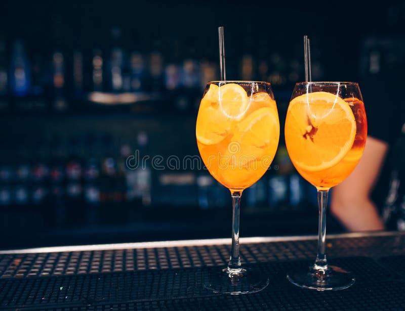 De zoete Beroemde van de ambachtcocktails van het Glasbeen sappige Auteur van Aperol Spritz inspireerde Cocktaildrank op bartelle stock afbeeldingen